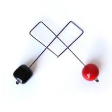 Orecchini a prendente in vetro - Cubo nero e sfera rossa